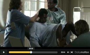 Capture d'écran d'une campagne pour la contraception montrant un homme en train d'accoucher.