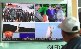 Un homme regarde des images du missile lancée par la Corée du Nord à Séoul, illustration