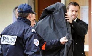 Le parquet de Paris a prolongé jeudi la garde à vue de l'homme de 47 ans interpellé mercredi à Montpellier dans l'enquête sur l'envoi de lettres de menaces de mort et qui conteste être l'auteur de ces courriers anonymes, a annoncé une source judiciaire.