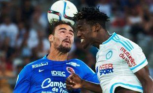 Nicolas Seube au duel avec Michy Batshuayi lors de OM-Caen le 8 août 2015.