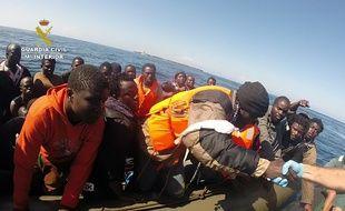 Illustration. Opération de secours, près de l'île d'Alboran, d'un groupe de migrants voulant rejoindre l'Espagne, en septembre 2015.
