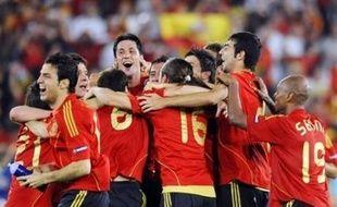 """Il y a 24 ans, Michel Platini privait l'Espagne d'un trophée en remportant l'Euro-1984 avec la France aux dépens de la """"Roja"""" (2-0). Clin d'oeil de l'histoire, c'est lui, le président de l'UEFA, qui a remis la Coupe aux Espagnols."""