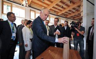 Jean-Marc Ayrault visite une maison en bois le 27 septembre 2013 à Nantes.