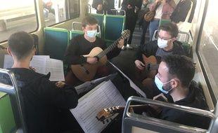 Quatre guitaristes se produisent dans le tram à Nantes, le 28 mai 2021