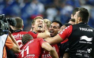 Jonny Wilkinson et les Toulonnais célèbrent leur victoire face aux Castrais en finale du Top 14 au Stade de France, le 31 mai 2014.