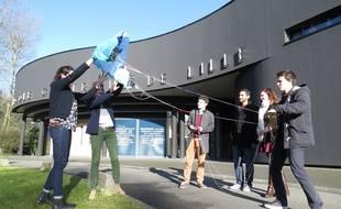 Lille, le 4 mars 2015 - Six étudiants de l'Ecole Centrale de Lille fabriquent un cerf-volant capable de fabriquer de l'electricite grace au vent.