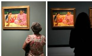 Face à la toiles «Femmes de Tahiti» de Paul Gauguin au Art Institute de Chicago en juillet 2017 (à g.) et au Grand Palais de Paris, en octobre 2017.
