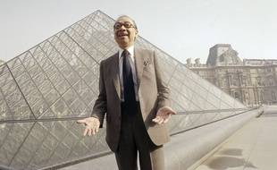 L'architecte Ieoh Ming Pei devant la pyramide du Louvre, en 1989, est décédé le 16 mai 2019.