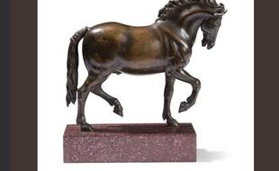 Ce cheval mesure 24 cm de haut.