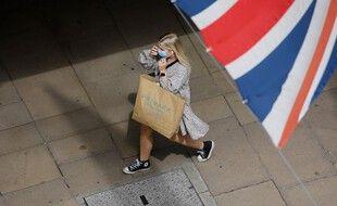 Une promeneuse masquée dans les rues de Londres.