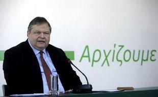 """En lettres vertes -la couleur des socialistes grecs- le slogan """"Nous commençons"""" a été dévoilé jeudi par M. Vénizélos, lors d'une conférence de presse d'une heure et demi durant laquelle il a affirmé que """"l'objectif est la victoire du parti aux élections ainsi que la rénovation radicale, pour un Pasok patriotique et radical""""."""
