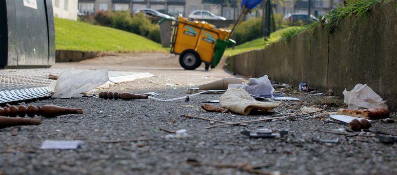 Dans le quartier du Blosne, à Rennes, les dépôts sauvages de déchets sont réguliers au pied des poubelles.