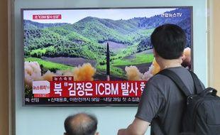 Les gens regardent une émission de télévision évoquant le lancement d'un missile balistique intercontinental Hwasong-14, le mardi 4 juillet 2017. AP Photo/Lee Jin-man