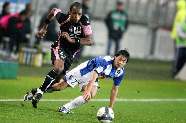 6 décembre 2009. Albin Ebondo, alors au TFC, s'envole devant le Japonais de Grenoble Daisuke Matsui.