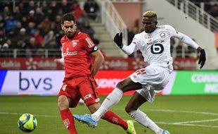 Le lillois Victor Osimhen (en blanc), face au défenseur de Dijon, Wesley Lautoa, lors du match Dijon-Losc, le 12 janvier 2020.