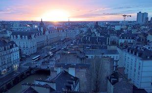 Vue de Rennes au lever du soleil depuis les hauteurs de la place Saint-Germain.