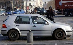 Un véhicule contrôlé le 23 mars 2015 à Paris dans le cadre de la circulation alternée