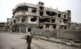 Homs, Syrie, le 5 juin 2014. Une femme marche dans les rues dévastées de la ville de Homs.