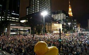 Des manifestants protestent contre la corruption sur l'avenue Paulista à Sao Paulo le 16 mars 2016