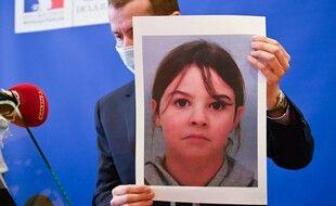 Le procureur d'Épinal, Nicolas Heitz, présente à la presse un portrait  de Mia Montemaggi, 8 ans, enlevée le 12 avril 2021 dans les Vosges.