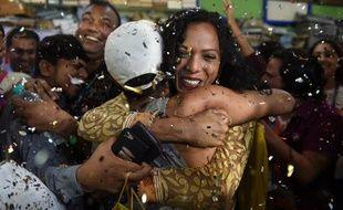 Des militants de la cause homosexuelle pleurant des larmes de joie après la décision de la Cour suprême d'Inde de dépénaliser l'homosexualité