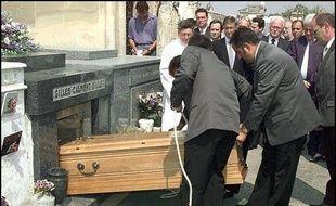 Jeanne Calment repose au cimetière de Trinquetaille, près d'Arles. Elle est aujourd'hui au cœur d'une controverse scientifique liée à son âge.