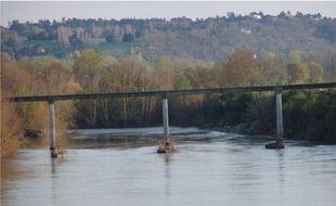 Le tablier de la passerelle mesure 162 mètres de longt