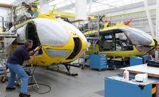 Des employés d'Airbus Helicopters travaillent sur une chaine de montage dans une usine dans le sud de l'Allemagne