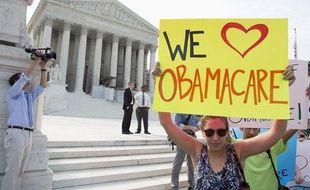 Des supporters de la réforme de la santé voulue par le président  américain Barack Obama devant la Cour Suprême, à Washington, le 28 juin  2012.