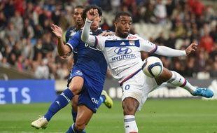 Modesto tente d'empêcher Lacazette de tirer au but lors de Lyon-Bastia, le 23 septembre 2015