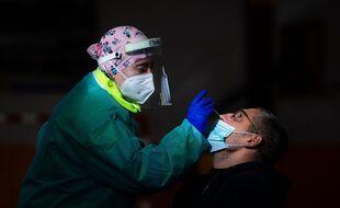 Un test antigénique sur un patient, en Espagne (image d'illustration).