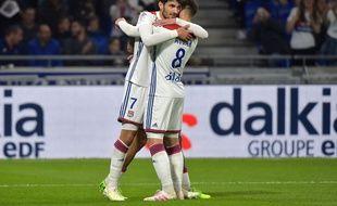 Martin Terrier et Houssem Aouar célèbrent le deuxième but lyonnais contre Angers, sur lequel ils sont tous les deux impliqués. ROMAIN LAFABREGUE