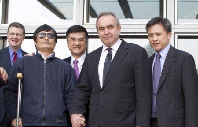 """Le militant des droits civiques Chen Guangcheng a déclaré vendredi à l'AFP être """"en grand danger"""" et """"dans une situation critique"""" en Chine et a réitéré son désir de quitter son pays."""