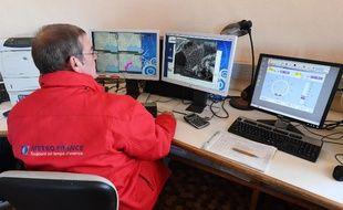Un météorologue de Metéo-France à son poste d'observation du Mont Aigoual à Valleraugue, dans le sud de la France le 22 novembre 2017.