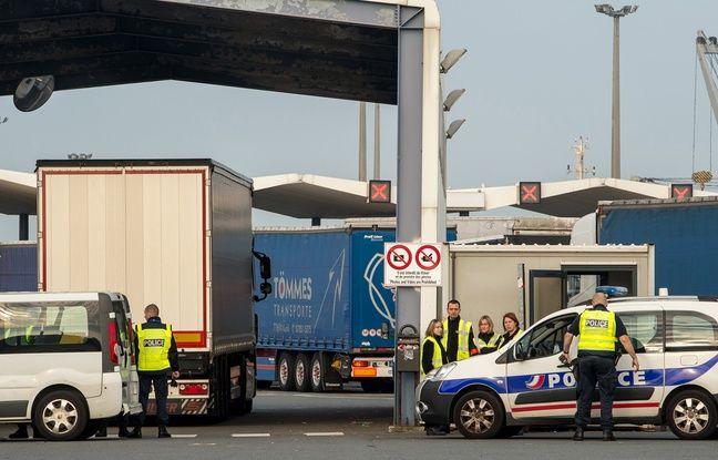 Contrôles de police à l'entrée du terminal ferry de Calais