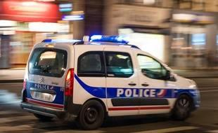 Une voiture de police circulant la nuit (illustration).