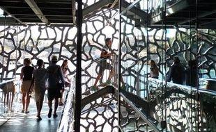 Des touristes visitent le Musée des civilisations de l'Europe et de la Méditerranée (Mucem), le 29 juillet 2013 à Marseille