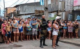 Des habitants réunis devant le bar où a eu lieu la fusillade, à Belem, le 19 mai 2019.