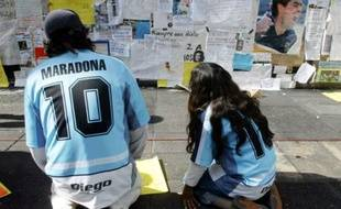 Alros qu'il est entre la vie et la mort en avril 2004, certains de ses supporters veillent jour et nuit devant la clinique de Buenos Aires. A sa sortie, le trompe-la-mort argentin est méconnaissable, mais bien vivant...
