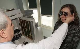 Une patiente subit un examen de la vue chez un ophtalmologue à Paris