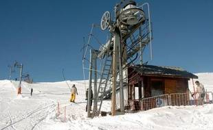 Confrontée à un déficit important, la station de Drouzin-le-Mont, en Haute-Savoie, pourrait renoncer au ski alpin d'ici à l'hiver prochain, une décision extrêmement rare en France qui soulève la question de l'avenir des petites stations de moyenne montagne.