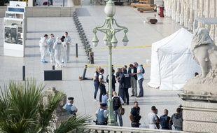 La police procède aux premières constatations sur le parvis de la gare Saint-Charles à Marseille.