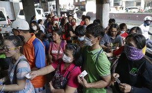 Un attroupement pour acheter des masques dans une pharmacie de Manille, le 30 janvier 2020.