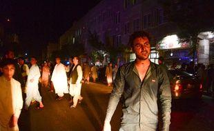 La foule se rassemble dans les rues d'Herat après un attentat-suicide qui a visé une mosquée chiite, mardi 1er août.