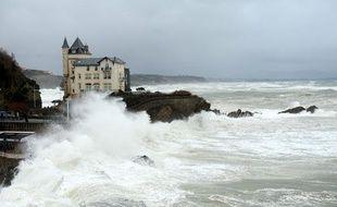 De fortes vagues touchent le littoral à Biarritz le 1er février 2014.