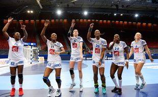 Les handballeuses françaises fêtent leur victoire contre la Serbie le 14 décembre 2016.