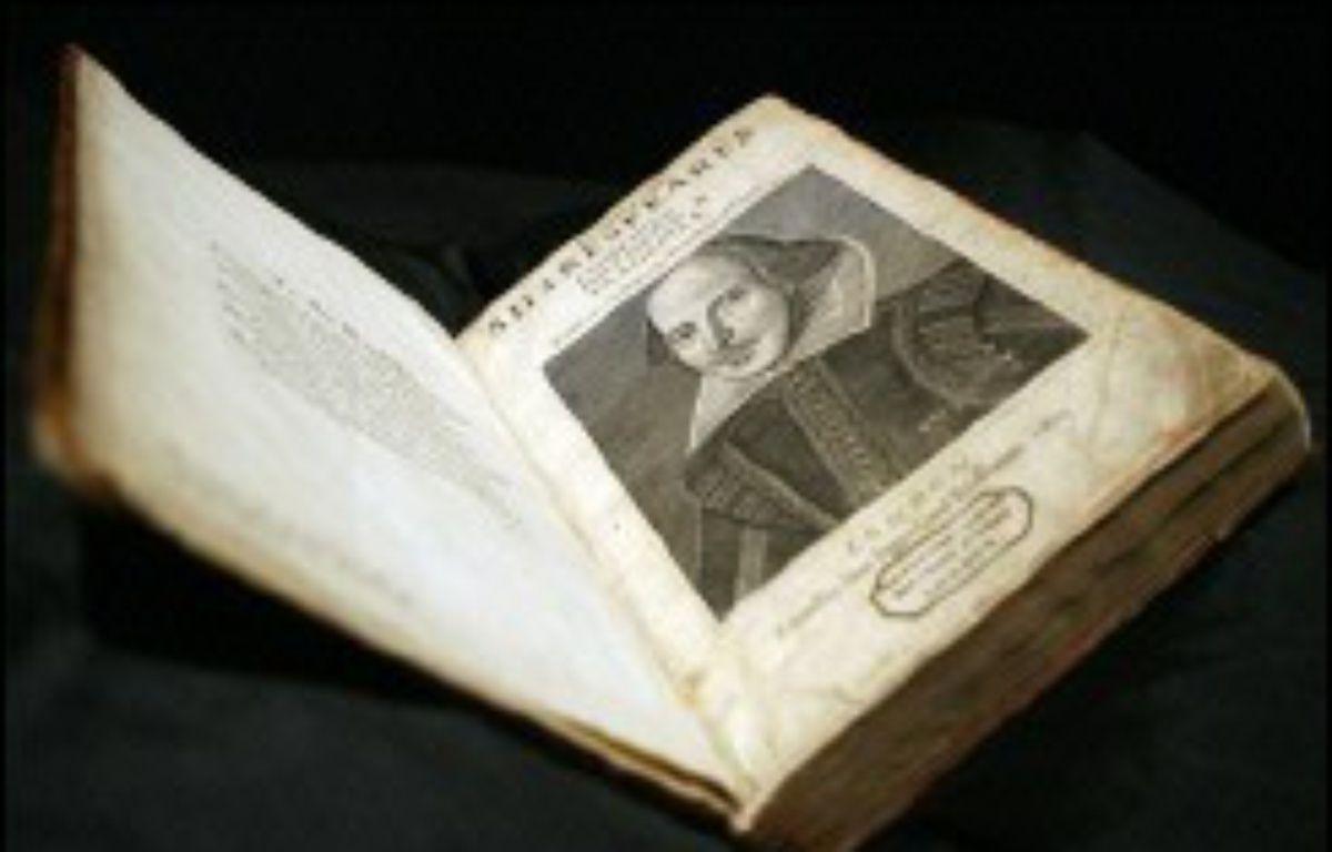 La première édition d'un volume regroupant l'ensemble des pièces du dramaturge anglais William Shakespeare a été vendue aux enchères pour 4,1 millions d'euros à Londres, il y a dix ans... – John D McHugh AFP/Archives