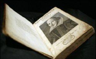 La première édition d'un volume regroupant l'ensemble des pièces du dramaturge anglais William Shakespeare a été vendue aux enchères pour 4,1 millions d'euros à Londres, il y a dix ans...