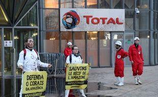 Une quarantaine de militants ont répandu de la mélasse sur environ 400 m2 devant le siège de Total ce lundi 27 mars.