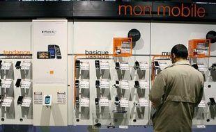 Le rayon téléphonie mobile d'un grand magasin à Paris le 21 octobre 2009.